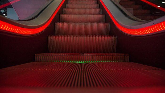 Escada rolante vazia e iluminada