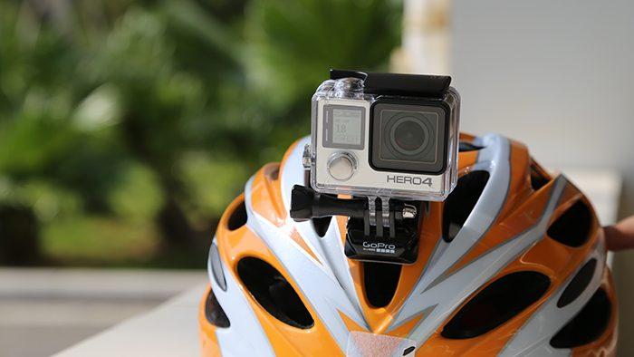 Capacete de ciclista com câmera Go Pro no topo